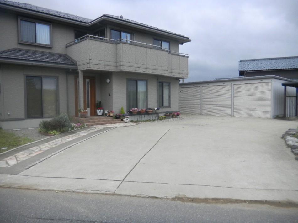 舗装 コンクリート舗装 丸岡町  コンクリート舗装、左側のアプローチ舗装、イナバガレージなどさせ