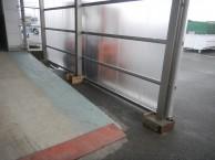 工場でリフトの通るカーポート