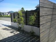 玄関前の素敵なアプローチと美しいフェンスとブロック