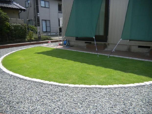 きれいで素敵な芝生と日よけ目隠しネット