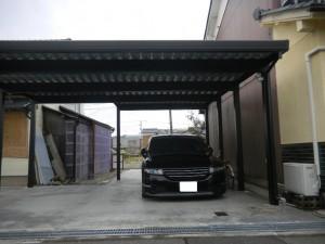 黒色のおしゃれなカーポート