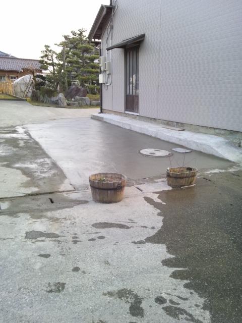 既存コンクリート舗装を取り壊し新規駐車場スペース