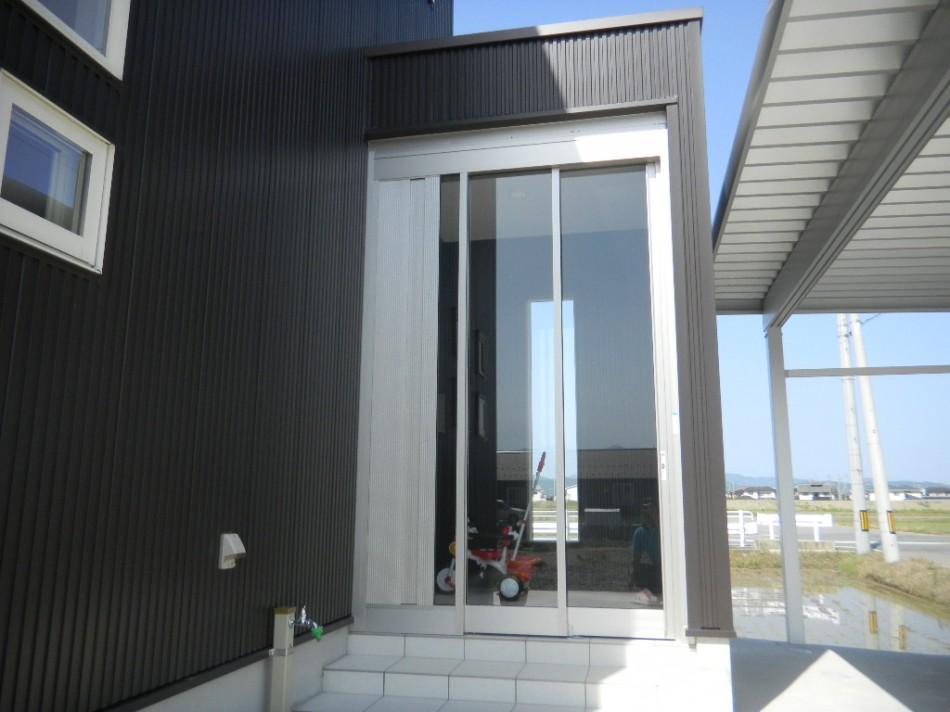 玄関前に素敵な3枚の上吊り引き戸 福井市 F様邸