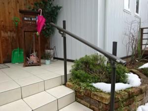 玄関階段にシンプルな手すり 永平寺町