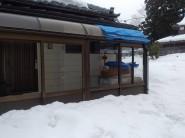 落雪による破損テラス